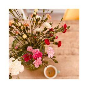 - - - Des fleurs et un café, voila une belle façon de démarrer la journée 🌸 - - - 📷 @maman.cooool . . . #flowers #athome #mercredi #enjoylittlethings #bouquetdefleurs #fleurie #plaisirsimple #moderesponsable #jadorelesfleurs #businesswomanlife #maroquineriefrancaise #createursfrancais