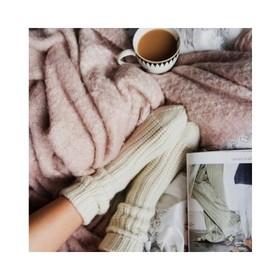 - - - Des grosses chaussettes, un thé bouillant et un magazine de mode... voila le mood de ce week end 🍵- - - Et vous? Plutôt chill & détente ou week end en mode lutin pour dénicher les petits cadeaux qui plairont à vos proches? 🎁 Pour ceux qui ne veulent plus attendre le dernier moment pour préparer Noel la livraison est offerte sur le site avec le code NOEL20 📬et si Mado préfère la pochette zèbre à la place de la noire classique, aucun soucis, les retours sont possibles jusqu'au 15 Janvier. . . . #ootd #weekend #momentpresent #idéecadeau #cadeaunoel #profiterdechaqueinstant #ideecadeaux #ideecadeaufemme #moderesponsable #plaisirsimple #offrir #pèrenoël #chill