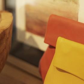 Ce n'est pas ma saison préférée mais l'automne a quand même un certain charme. Balades dans les bois, cueillettes des champignons, les jolies bottes en caoutchouc, les cirés jaune et marine et les belles couleurs orangés. Et vous, elle vous évoque quoi? Vous l'aimez cette saison ou vous seriez bien resté en mode été? Je suis curieuse de lire vos réponses. . . . #creatrices #jaunemoutarde #sacmoutarde #bandouliere #ideecadeaux #ideecadeaunoel #plaisirsimple #automne #accessoiresdemode #sacencuir #marquefrançaise