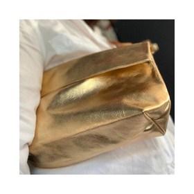 - - - ✨ Ce soir on sort ✨ - - - Et vous l'aurez deviné, on ne sortira pas sans la pochette bandoulière dorée. 📷 @esprit_boheme_stores . . . #pochette #soirée #sacamain #feminin #maroquinerie #créatrice #saccuir #pochetteaccessoires #pochettes #tendancemode #dorée #maroquineriefrancaise #bandouliere #accessoiresdemode #businesswomanlife