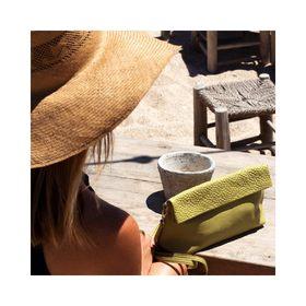 - - - Démarrer la journée avec un café les pieds dans le sable ☕ - - - Y'a que sur insta qu'on voit ça ou certaines d'entre vous ont démarré la journée comme ça? Mais peu importe la façon dont elle a démarré on vous la souhaite belle & douce ☀️ . . . #mercredi #workingday #sun #lesud #bonjour #happyday #beach #pochette #pochettecuir #cuir #accessoires #marquefrançaise #workinggirls #creatrices #shooting #beautifulday #enjoy 
