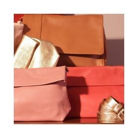 - - - Zoom sur notre thème Terracotta qui semble vous plaire ☀️ - - - Pour créer cette vitrine nous sommes parties d'inspiration @pinterestfr et j'avoue que maintenant j'ai envie de changer toute la déco de mon salon 🙃 @mlb.conseils fait aussi de la décoration d'intérieur... Il est fort possible qu'elle m'accompagne dans quelques petits changements de déco perso 😉 . . . #couleur #orange #camel #doré #sacamain #marquefrancaise #creatrices #pochetteaccessoires #pochettes #ceinture #portemonnaie #dorée #vieuxrose #rosepoudré #bandouliere #ideecadeaux #accessoiresdemode
