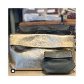 - - - Doré & Kaki, le combo parfait 💛 - - - Merci @india_mon_amour pour cette jolie photo. Vous pouvez retrouver nos pochettes Ripauste dans la boutique India Mon Amour à Sitges en Espagne. Buen Viernes a todos 😘 . . . #pochette #cuir #sac #gold #dorée #kaki #creatrices #marquefrancaise #boutique #conceptstore #espagne #sitges #leather #bandouliere #accessoires #accessoiresdemode #couleur