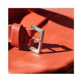 On aime travailler le cuir pour son toucher, son grain si particulier, son odeur aussi... Et vous avouerez que ce coloris le met en valeur, le orange en maroquinerie restera une couleur très classe (plus que pour un pantalon par exemple ahah) . . . #cuir #orange #ceinturefemme #maroquineriefrançaise #creatricefrancaise #couleur #ombre #ceinturefine #ceinturecuir