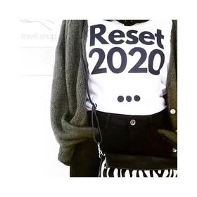 - - - Vous la voyez la pochette bandoulière zébrée sur ce joli T-shirt qui dit bye bye à 2020?🖤- - -  📷 @10avril.shop   Rdv à Aigues Vives pour shopper ce look so 2021 😉  #look #boutique #conceptstore #pochette #sac #bandouliere #sacamain #blackandwhite #zebre #createurs #createursfrancais #reset #2021