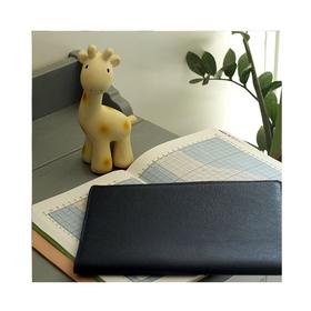 🦒Elle est pas chouchou, Sophie la girafe new génération !? Une bonne idée cadeau de naissance, tout comme les protèges carnet de santé en cuir ! 👶🏼  Et oui, nous avons une large gamme de protège cahier en cuir de vachette. Accessoire idéal pour vos carnets de santé, agenda, livre d'or...  . . . #cadeaunaissance #girafe #naissance #rose #marine #carnetdesanté #protegecahier #cuir #enfant #cadeauenfant #cadeaubébé #créatrices  