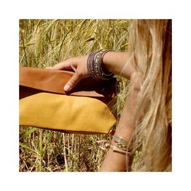 - - - On prolonge les vacances en illuminant tous nos looks avec les pochettes bi Color @ripauste 💛- - - L'association du moutarde pétillant au camel intemporel est juste à tomber. . . . #pochette #camel #workinggirls #marquefrancaise #vitamines #sacàmain #saccuir #pochetteaccessoires #jaunemoutarde #bicolore #bandouliere #marquefrançaise #accessoiresdemode #moderesponsable