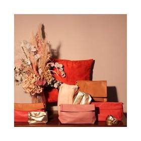 - - - Orange, Camel, Vieux Rose, Rose Poudré, Doré... On craque pour ce thème que l'on imagine parfaitement dans les vitrines de nos boutiques partenaires 🥰 - - - . . . #terracotta #vitrine #scenagraphy #workinggirls #frenchbrand #scenographie #plaisirdoffrir #boutiquecreateurs #boutiquedeco #moderesponsable #accessoiresdemode #ideecadeaux #vieuxrose #dorée #orangé #camel