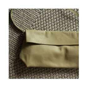 Je trouve cette photo reposante, je ne saurais dire pourquoi elle m'apaise... Nos pochettes sont conçues dans un cuir de vachette. On peut presque toucher la souplesse de la matière... . . .  #creatrices #sacàmain #pochetteaccessoires #tendancemode #vert #vertclair #kaki #kakiclair #marquefrançaise #plaisirsimple #sacencuir