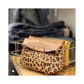 - - - Ces Porte monnaie sont beaucoup trop mignons pour les laisser dans cette jolie corbeille dorée ✨- - -  📷 @nyacklyon  . . . #portemonnaie #pochette #cuir #creatricefrancaise #leopard #moutarde #kaki #color #marquefrancaise #accessoires #accessoiresdemode #camel #petitepochette