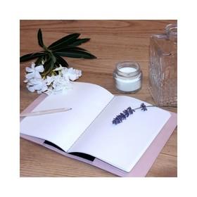 - - - Il y a tant de jolies choses à écrire 🌸 - - - Depuis toute petite j'ai une passion pour la papeterie alors vous n'imaginez même pas ma joie quand j'ai reçu nos protège cahier en cuir. J'y ai glissé mon agenda, un cahier de note et même le carnet de santé de ma fille 😉 . . . #agenda #cuir #nouveautés #workinggirls #carnet #creatrices #rosepoudré #maroquineriefrancaise #marquefrançaise #ideecadeaux #businesswomanlife #cahier #carnetdesante #carnets #journaldebord